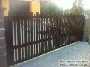 Распашные ворота стандартных размеров в алюминиевой раме с заполнением сэндвич-панелями DoorHan SWS